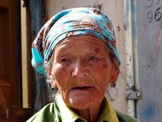 Visage d'une femme mongole au marché