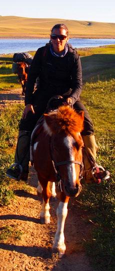 Chevauchée à cheval en steppe