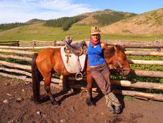 Un cavalier a cheval en steppe