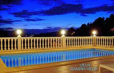 Klick = Vergrößern, Pool der Ferienwohnung Valencia bei Nacht