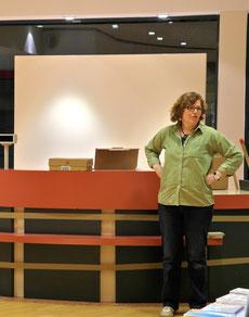 Susanne überwacht den Umbau des Kassentresens