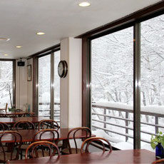 窓から見える林の奥が苗場スキー場です。