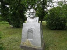 Рядом памятник К.Марксу. ф. А.Тихонова