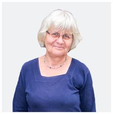 Irmela Mensah-Schramm, Friedensaktivistin und Mitgründerin von Schluss mit Hass. Seit über 30 Jahren vernichtet Irmela Hassaufkleber bzw. Hassgraffitis, deren Sammlung Ausstellungen füllen und Gestaltungsvorlagen für Workshops sind.