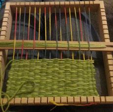 Weben eines Topflappens mit Hilfe eines quadratischen Webrahmen