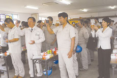 石垣島製糖の操業終了を祝って乾杯する関係者=23日午後、同社食堂