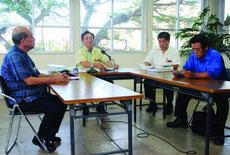 役員会後、記者会見する玉津教育長(中央)、慶田盛教育長(左)、崎原教育長(右手前)=9日午後、市教委
