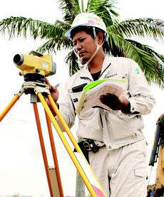 新石垣空港へのアクセス道路工事で現場管理職を務める友利直輝さん