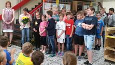 Abschied von 28 Jungen und Mädchen aus der 4. Klasse, Frau Fleitmann und Frau Klüber
