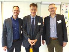 Dr. Dr. Gert Mittring mit Schulleiter Andreas Schönbächler (links) und Vereinspräsident Hans Zürcher (rechts)