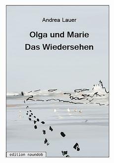 """Zu sehen: Das Cover vom Buch: """"Olga und Marie-Das Wiedersehen"""". Grau mit weißem Rand, unten Links das Verlagslogo, oben Mittig der Titel, Im Hintergrund ein Foto vom Meer, darauf eine Skizze, Fußspuren, die am Meer entlang laufen, 2 Frauen im Hintergrud"""