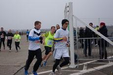 20. Berliner Marathonstaffel in Berlin. Ab auf die Zielgerade. Foto: Brembach