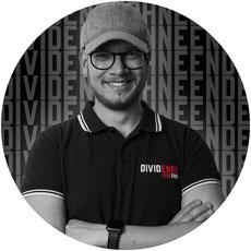 Foto, Mann in T-Shirt mit Schirmmütze, Benedikt Stafflinger von dividendohneende.de, Blogger