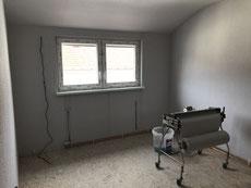 Dachzimmer mit neuem Fenster , Boden und Wände sind bereits aufgearbeitet..
