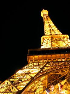 Beleuchteter Nachbau des Eiffelturms in Las Vegas