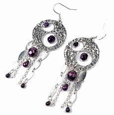 photo de boucles d'oreilles originales en métal argenté et perles en verre violettes facettés et éléments de chaînes diverses
