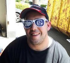 Mann mit Schalke-Sonnenbrille