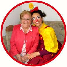 Die Bewohnerin einer Pflegeeinrichtung aus dem Landkreis Stuttgart ist total glücklich über den Besuch der Clownin