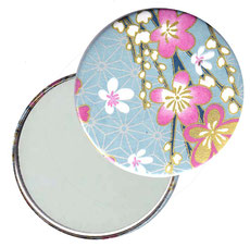 Taschenspiegel, Handspiegel, Button,59 mm,Chiyogami Yuzen Papier,Blüten pink weiß auf hellblau