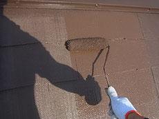 熊本T様家。コロニアル屋根・軽量スレートの上塗りをローラーにてブラウン色に塗装中。