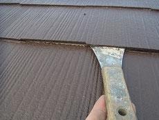 熊本T様家。コロニアル屋根・軽量スレートの塗り替え中。下塗りをローラーにて塗装中。下塗りはとても重要です。10年に1回の塗り替え工事。丁寧に丁寧に!