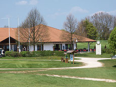 Das Clubheim mit dem Loch19 von Ludwig Heer - © Golfer's Club Bad Überkingen