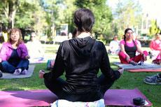 Temps de méditation collective dans un parc - Aude, professeur de Yoga Grenoble