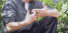 mit den Händen Zusammenhänge erklären
