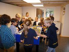 Schüler der Carl-Sonnenschein-Schule und Flüchtlingskinder beim Kickerspiel