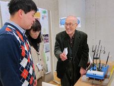 水上自転車の試作品を説明する後藤新太郎さん