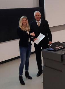 Verleihung des Promotionspreis 2019 an Dr. Carina Kübert (links) durch den 1. Vorsitzenden der GGW, Prof. Dr. Hubertus Job (rechts). Foto: K. Schliephake.