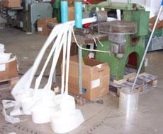 Die leeren silikonisierten Trägerbänder werden in die Schneidemaschine eingeführt.