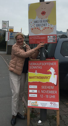 """Vorbereitung ist alles: Anke Höfle beim Plakatieren für die Benefizparty """"Dance for Friends""""."""