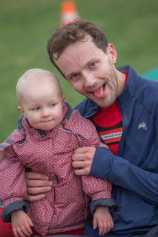 Philip Hermann (hier mit Tochter) darf sich über den Sieg beim Stadioncenterlauf (5km) freuen!