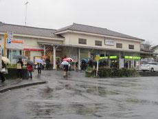 雨のJR衣笠駅