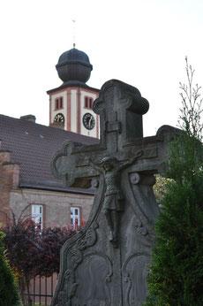 """Blick vom """"neuen"""" Friedhof zum ehem. Schulhaus und Pflaumheimer Kirche"""