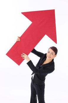 矢印を持つ女性