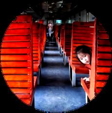 kind-sitz-holzklasse-zugabteil-bahnfahrt-vietnam