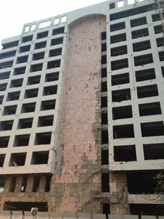 Die Schäden an diesem Haus erinnern bis heute an den Bombenanschlag vom 14. Februar 2005.