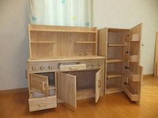 手作り木のキッチンと冷蔵庫