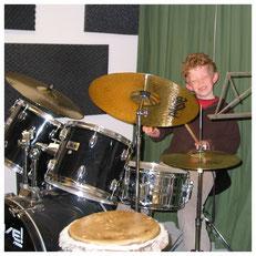 Tobias rabelink als klein jogetje achter het drumstel.