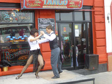 In der Caminito (La Boca) tanzt man auf der Straße