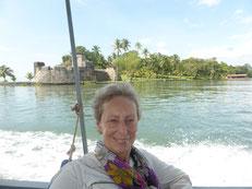 Fahrt nach Livingston, im Hintergrund das Castillo de San Felipe