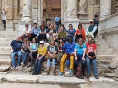 Reisegruppe vor der Bibliothek in Ephesus