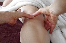 massage d'une jambe avec les pouces
