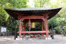 Der japanische Tempel mit der berliner Weltfriedensglocke im Volkspark Friedrichshain. Foto: Helga Karl