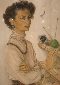 Blanke vrouw met bruin haar, met een witte trui aan. Ze staat voor een plankje aan de muur, met daarop een groen breiwerkje. Heel fijn getekend met aquarel en droge penseeltechniek.