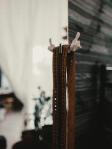 richtig Maß nehmen: Maß- und Taillenband zum Maßnehmen bereit am Anprobenspiegel hängend, Werkstatt von Manuela Leis