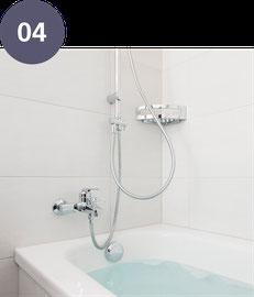 Die alte Badewanne wird durch eine neue Acrylglaswanne ersetzt