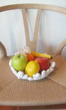 フルーツの中に蘭のアートフラワーをちょこん✾ 右はハワイで購入した貝殻の中にちょこん^^
